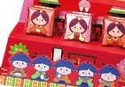 チロルチョコ「ひな祭り仕様」 箱がひな壇、包み紙が人形に早変わり