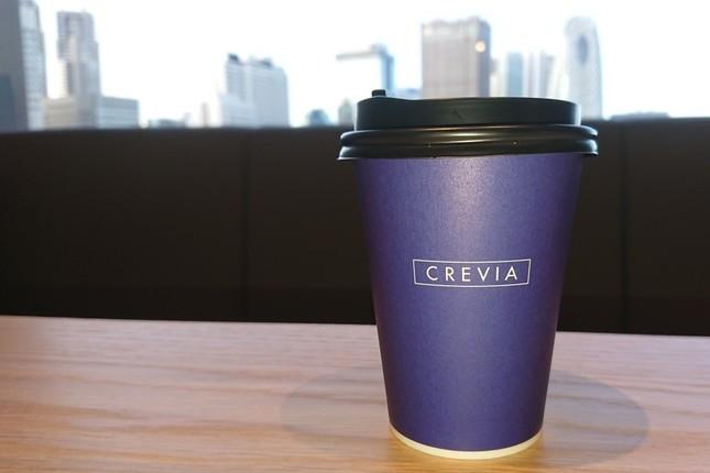 カフェスペースで新宿の景色を一望しながら飲み物を楽しめる