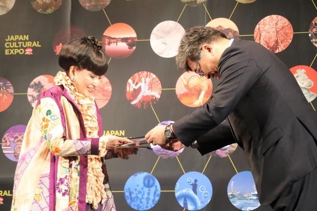 萩生田光一文部科学相(右)から任命状を受け取る黒柳さん