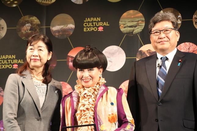 日本芸術文化振興会理事長の河村潤子さん、黒柳さん、萩生田文科相(左から)