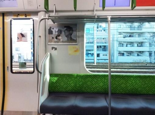 電車の座席の間や端に設置されているポール、立っている人も使っていい?