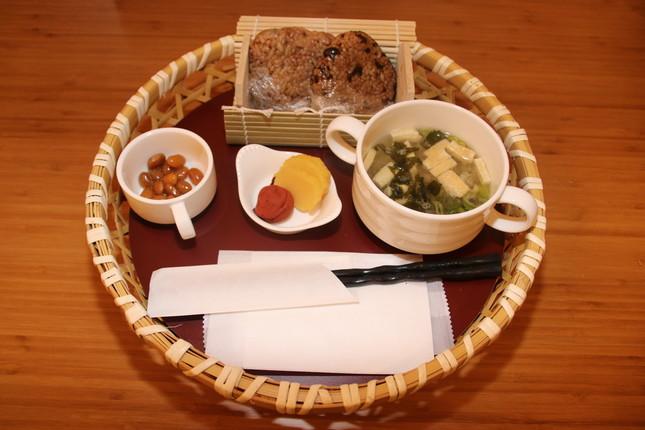 72時間発酵させた栄養価の高い玄米おにぎりとみそ汁が楽しめる和食