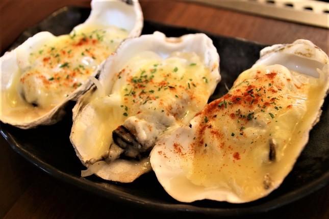 「ドでか牡蠣フェア2019」から継続提供中で、担当者おすすめの「オニスターマヨチーズ焼」