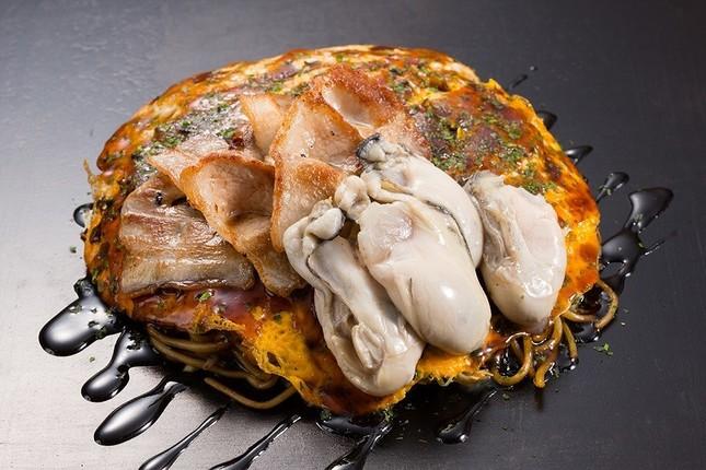 「ドでか牡蠣フェア2019」から継続提供中の「広島風牡蠣お好み焼」