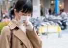 くしゃみの瞬間に外す、咳をしたら裏返す マスクしてもウイルスまき散らすマナー違反