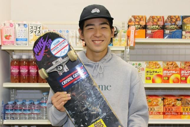 スケートボードを手にする池田選手
