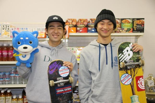 佐川涼選手(右)と一緒にニッコリ