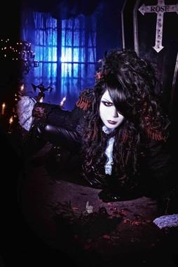 一時「マスク限定ライブ」の開催を発表した「VAMPIRE ROSE」(画像はローズ伯爵さん提供)