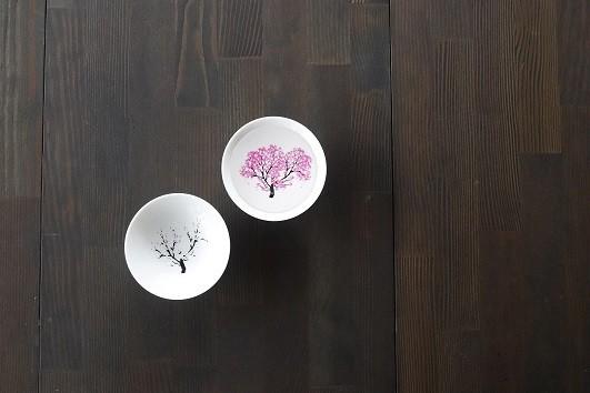 (左から)変化前、変化後の「冷感桜・白平盃ペアセット」(画像2)