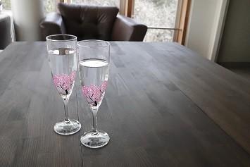 グラスが17度以下になると描かれている桜の花が色付く(画像4)