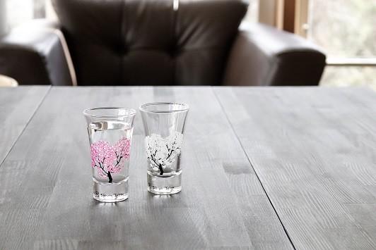 (右から)変化前、変化後の「冷感桜・グラス天開ペアセット」(画像5)