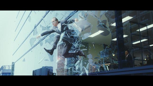 ガラスを突き破る宇宙人ジョーンズ