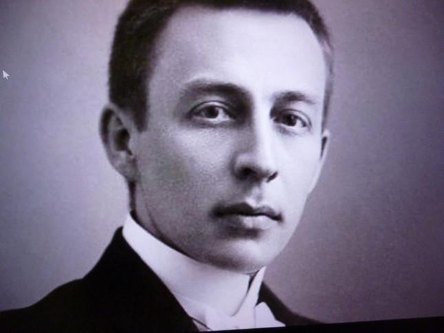 若きラフマニノフの肖像。髪の色が変わるだけで、晩年までその姿はあまり変わらない