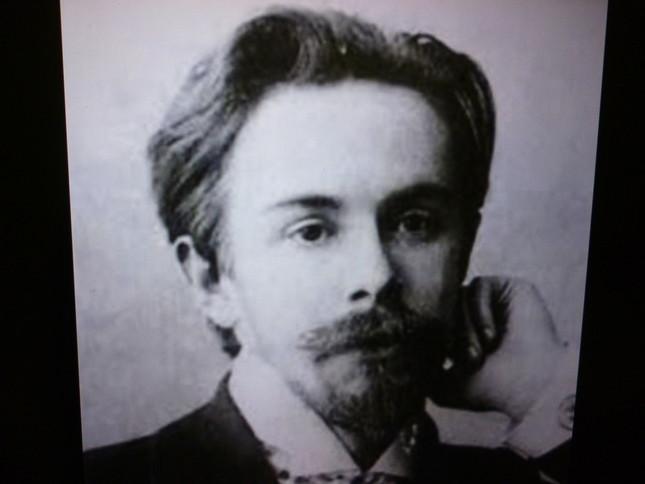 若い時は髪量も豊かで、ひげと髪型が目立つ若きスクリャービンの肖像