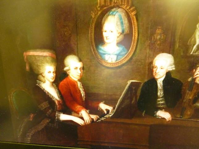 モラヴィアへの避難旅行をした、モーツァルト家の3人。父レオポルド、姉ナンネル、そしてヴォルフガングの肖像。この絵は、モーツァルトが22歳の時に母マリア・アンナがパリで死去した以降に書かれているので、母は絵の中に書かれている
