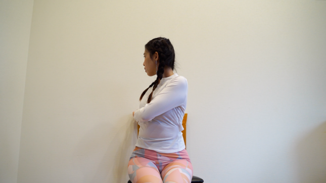 おなかを刺激して、腸の動きを活性する「おなかひねりストレッチ」