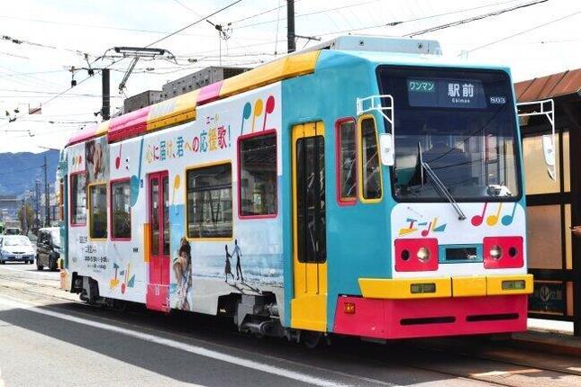 連続テレビ小説「エール」をデザインしたラッピング路面電車
