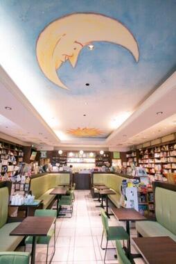 お月様が優しく見守るカフェスペース(画像は同店提供)