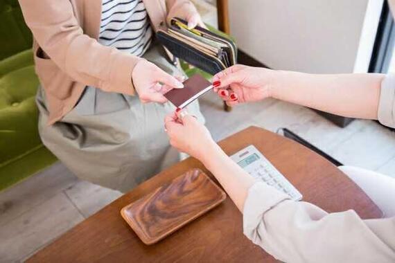 クレジットカード払いをした利用客にカードを返したら、除菌シートでつまんで受け取られ・・・(写真はイメージ)