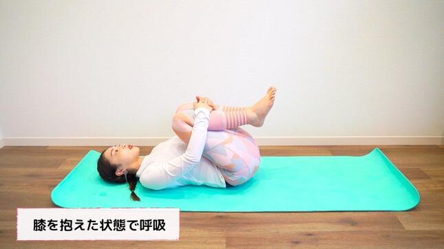 「赤ちゃんのポーズ」は、余裕があれば息を吐くタイミングでさらに体を丸め、膝とおでこを近づけるようにすると腹筋にも刺激を与えられる