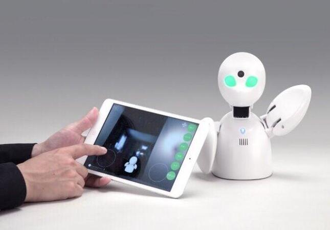 遠隔操作で入所者をケアするロボット「OriHime」