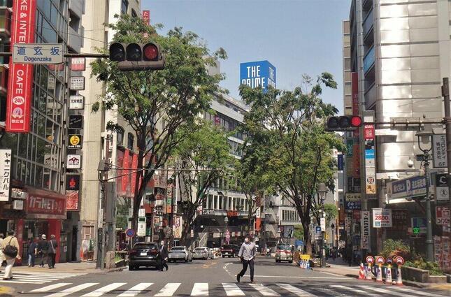 「おうちで様子見」の結果、人車とも少ない大型連休中の渋谷=冨永写す