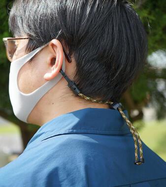 マスク着用時には頭の後ろで固定して使用可能