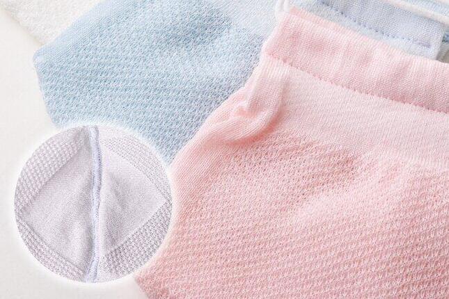 口元部分は、透けて見えないようにメッシュよりも目の詰まった編み目になっている。