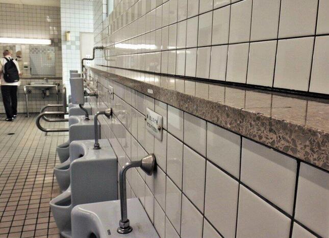30年近くそこにある面台=横浜市営地下鉄のセンター北駅で、冨永写す