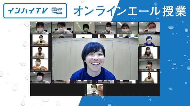 笑顔で高校生たちと話す山田選手