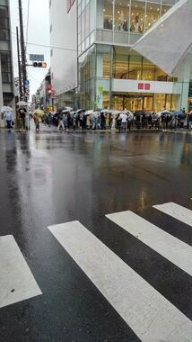雨天のなか、傘をさして並ぶ人々も(さ と ぅさん提供)