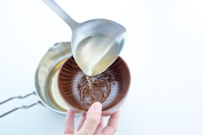 家庭に一本あればみんなで使える「一菱金属 すくいやすく注ぎやすいレードル(左右兼用)」(画像2)