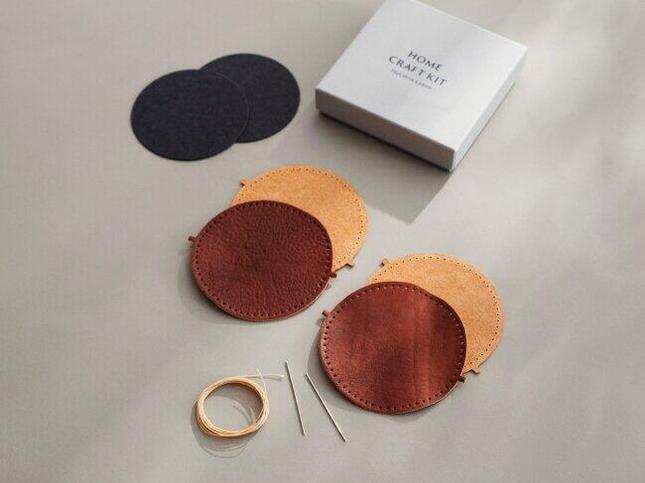 2枚の革で芯材を挟み、縫い合わせる