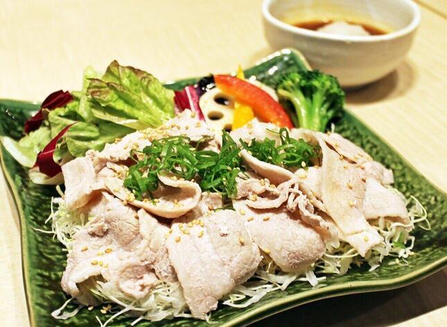 野菜と豚肉がたっぷり盛られている
