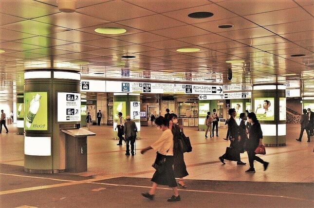 都会の暮らしは不安に満ちているが…新宿駅西口で、冨永写す