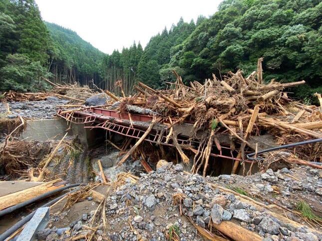 熊本県八代市坂本町。崩落した深水橋、坂本駅付近(7月5日)