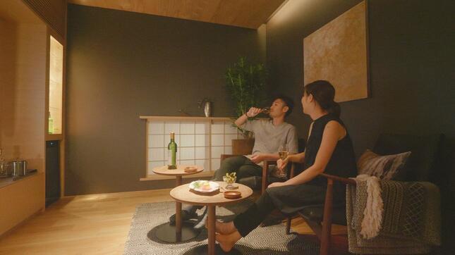 「うちdeバル」の例。照明や家具などで、隠れ家バーのような「非日常感」を演出。