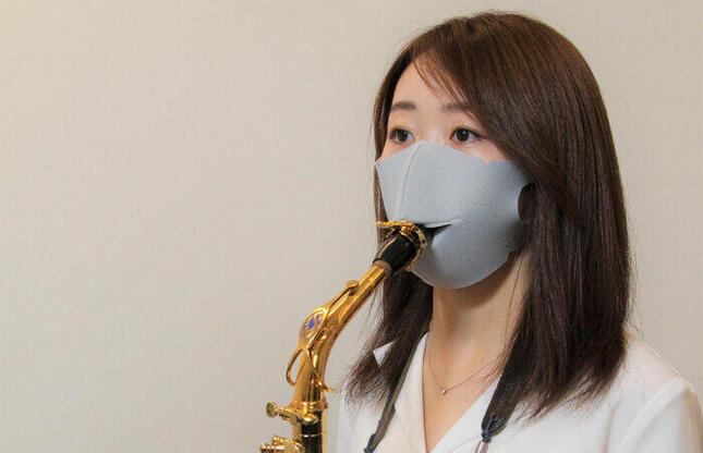 マスクの開口部から管楽器をくわえて演奏できる