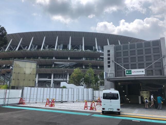 都営大江戸線国立競技場駅A2出口から(以下、2020年8月18日・記者撮影)