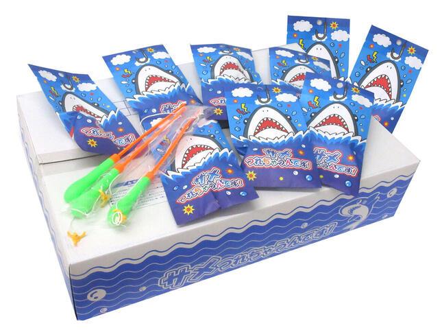 お祭りではサメの模型を竿で釣り上げ、口の中に入っている番号札に応じた景品をもらう