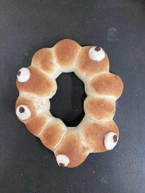 ロゴマークを再現した手作りパン(松永健太さん提供)