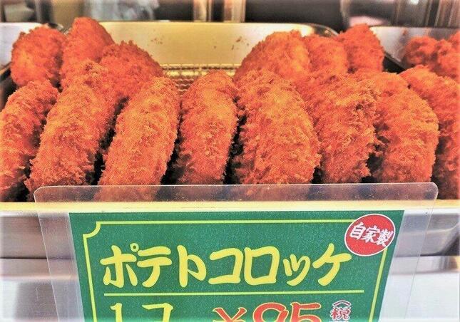 肉屋のコロッケ、不味いはずがない=世田谷区内で、冨永写す