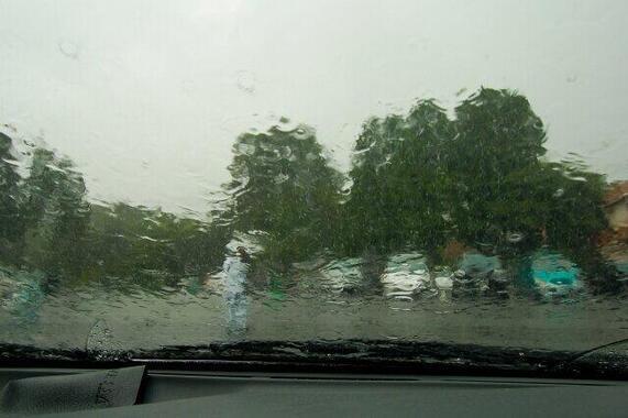 台風が接近中…愛車をどこに避難させれば?