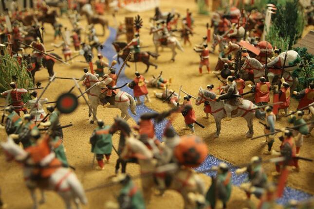 毎年恒例の「関ヶ原の戦い実況」。「リモート軍議」など今年の話題ネタが散りばめられている。