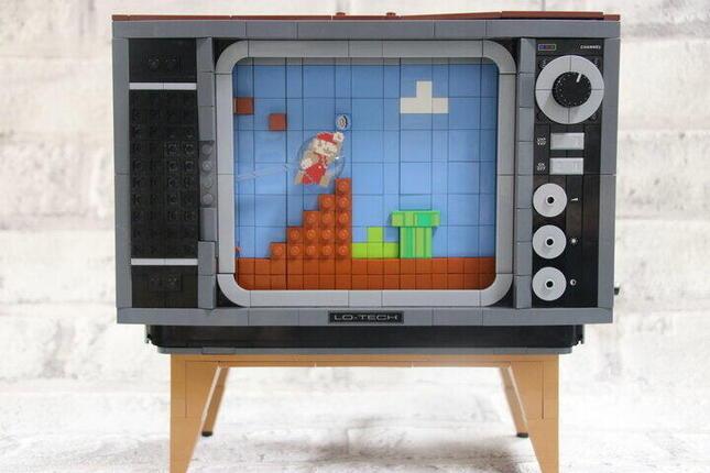 80年代のテレビとともにマリオの世界をレゴで再現できる