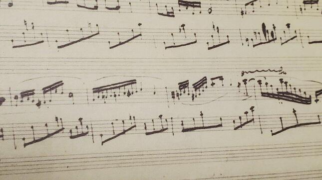 パソコンが登場し、「楽譜作成ソフト」が作られるまで、作曲家の自筆譜はやはり手書きだった。写真はショパンの自筆譜