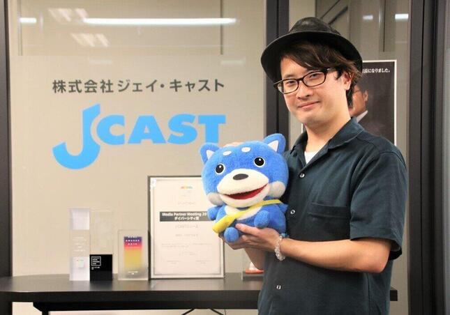 山下さんと、ジェイ・キャストのマスコットキャラクター「カス丸」
