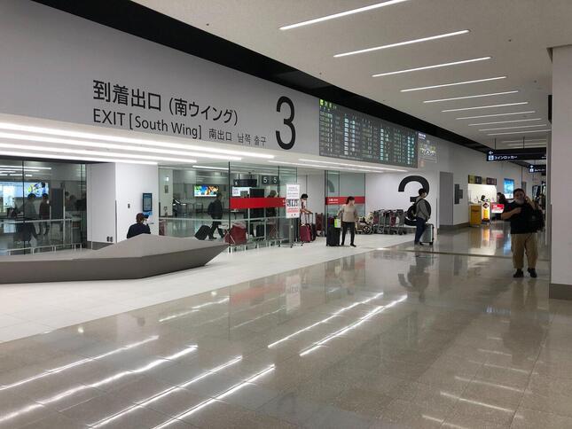 第1ターミナル到着ロビーの登場出口。