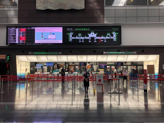 第1ターミナル出発ロビーの窓口は、いずれもほとんど列が無い。