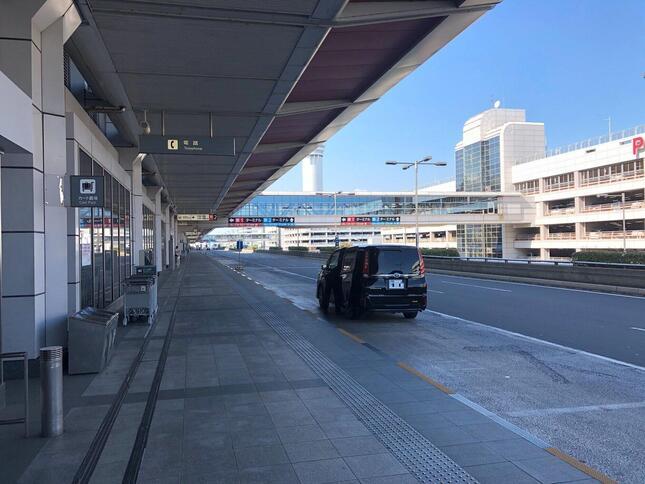 第1ターミナル出発ロビー外には、乗りつけるバスや車も少ない。